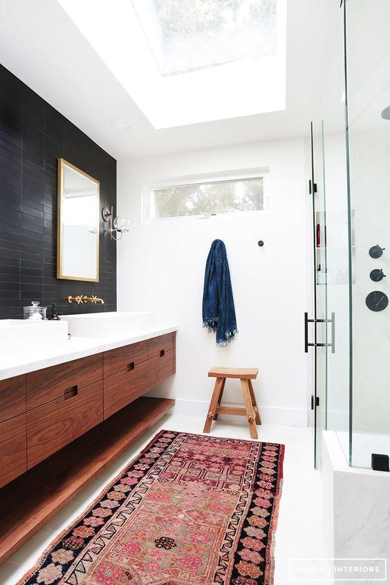 duży świetlik doskonale rozświetla łazienkę