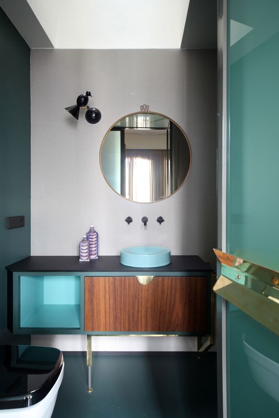 kolorowa łazienka w stylu lat 60-tych i okrągłe lustro w złotej ramie