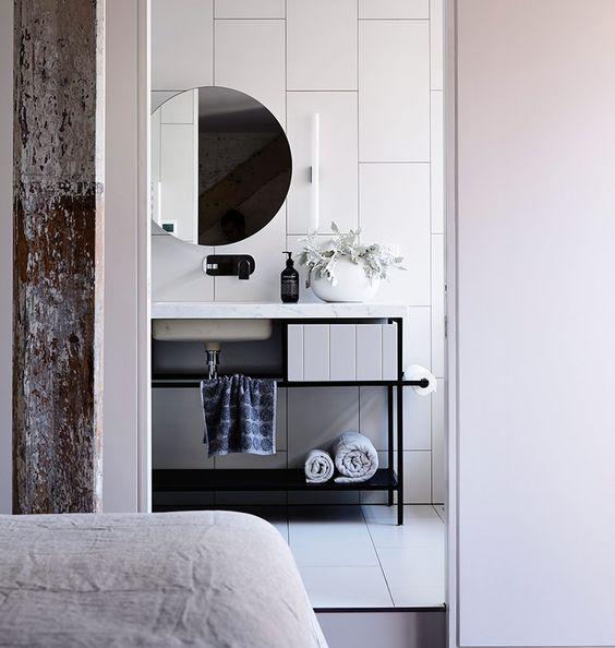 lustro bez ramy, ale delikatnie odstawione od ściany prezentuje się doskonale