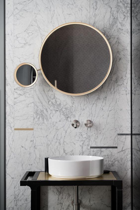 lustro wraz z mini lustrem z powiększającym szkłem, złote ramy, złote elementy we wnętrzu