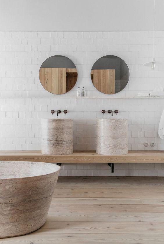 okrągłe umywalki, owalne kształty wanny, więc okrągłe lustra świetnie pasują