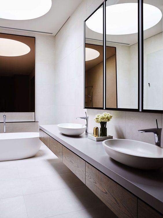 okrągły świetlik, bo obłe kształty sanitaria-tów, świetnie dopełnia wnętrze