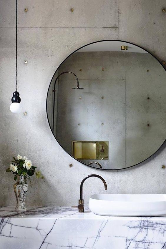 połączenie stylu loftowego z klasycznym, okrągłe lustro w minimalistycznej ramie świetnie tu pasuje