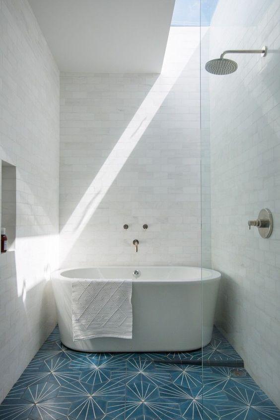 wąski, długi świetlik przy ścianie