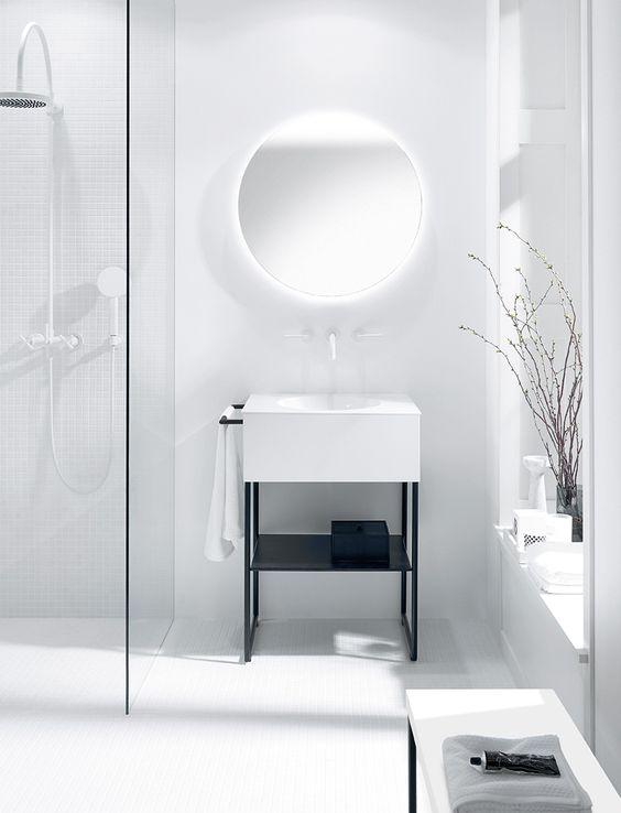 w tej łazience przeważa biel, lustra bez ramy prawie nie widać, tylko delikatne podświetlenie za nim