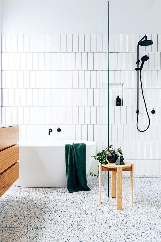 biała łazienka z drewnianymi i zielonymi elementami