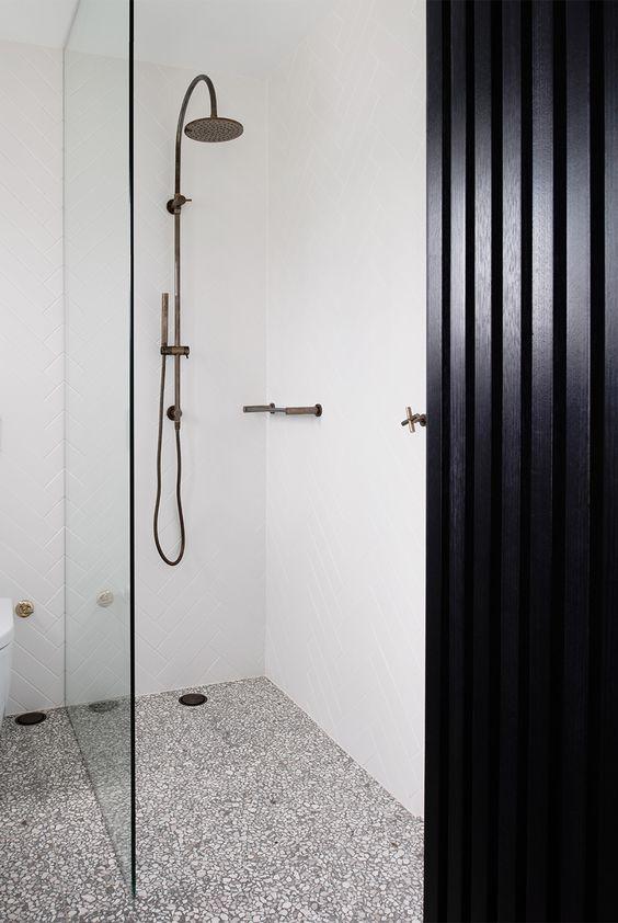 lastryko na podłodze w łazience