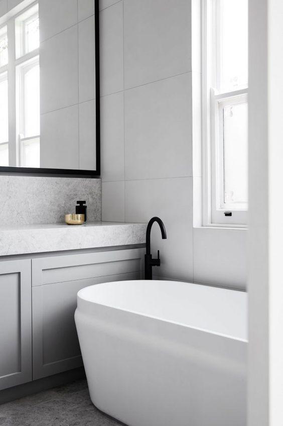 biała łazienka z czarnymi dodatkami, czarna rama lustra i czarna bateria