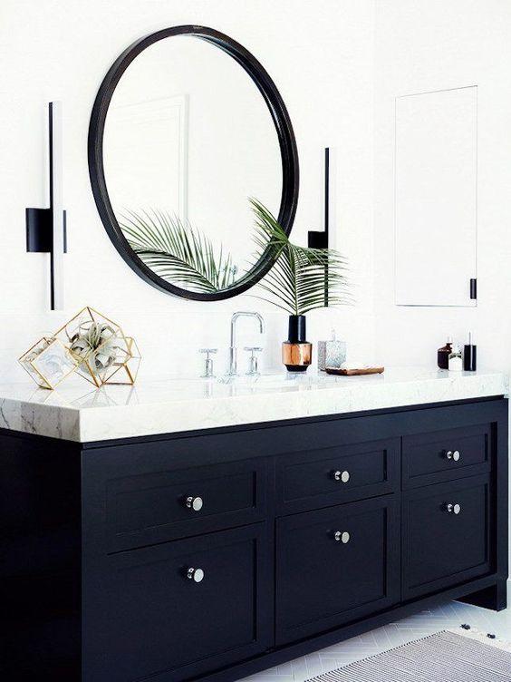biała łazienka z czarnymi elementami