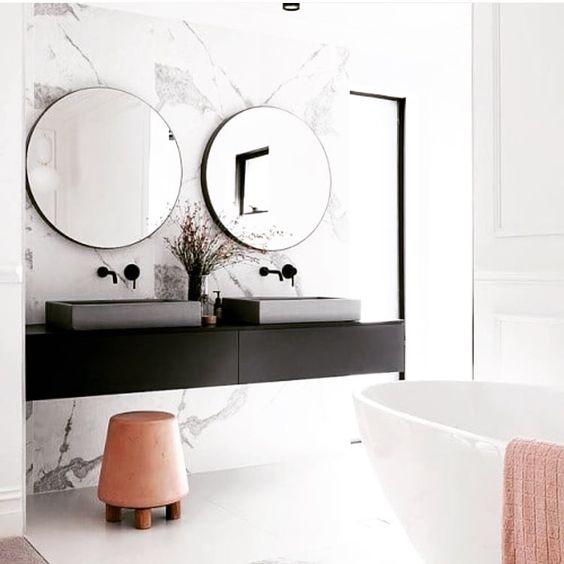 biała łazienka z łososiowymi dodatkami