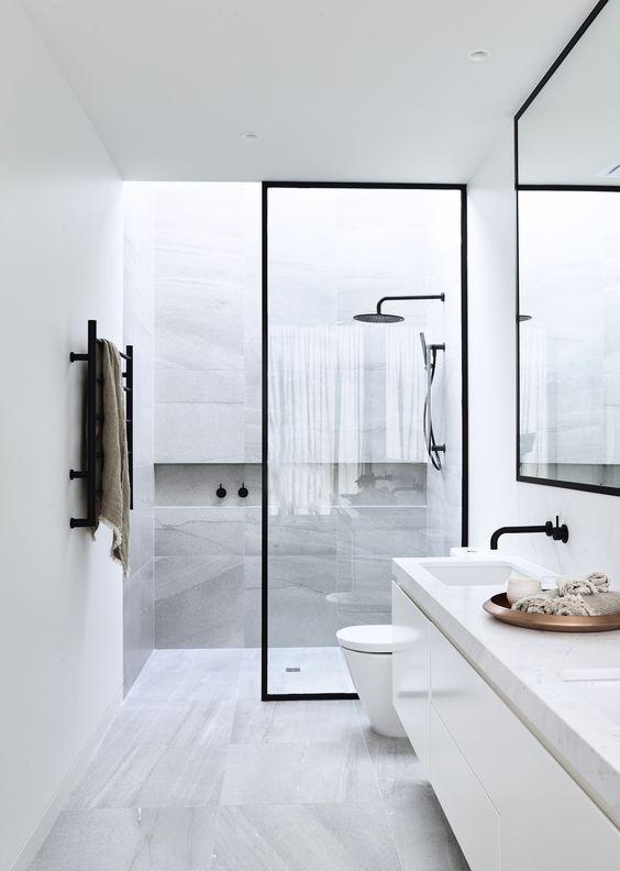 biała łazienka z czarnymi i szarymi elementami