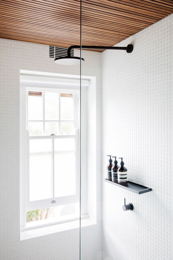 biała łazienka z drewnianym sufitem
