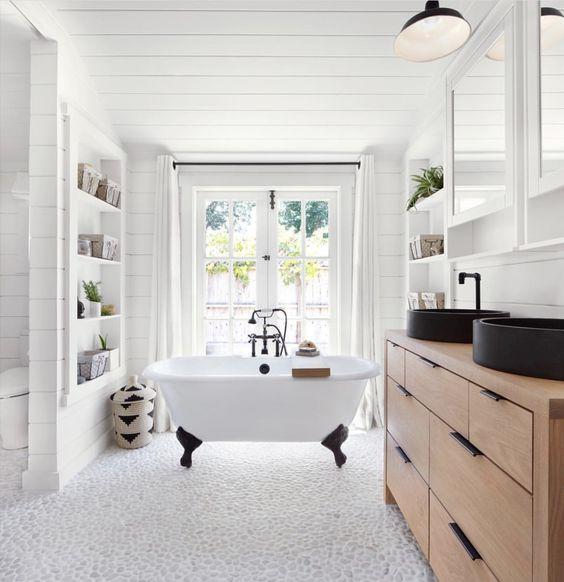 biała łazienka w rustykalnym stylu