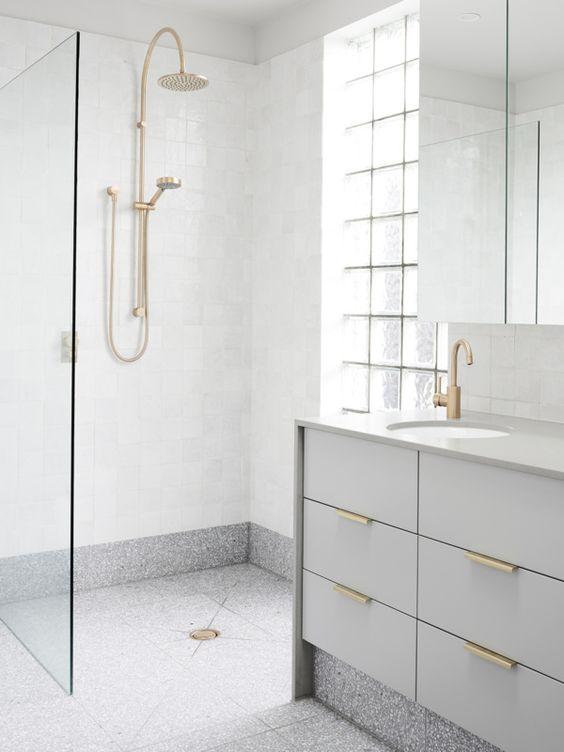 szare lastryko w łazience