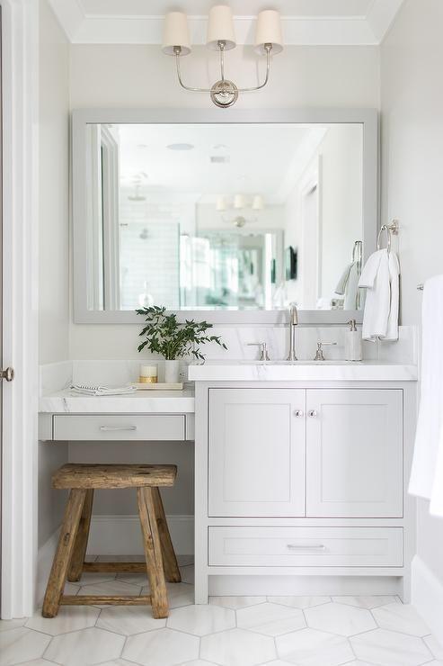 stylizowana biała łazienka